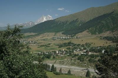 Kleine Dörfer im Tsaneri Tal, im Hintergund der Ushba