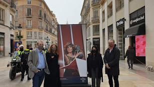 La imagen de Nerea Camacho con su Goya en una exposición a cielo abierto en Málaga.