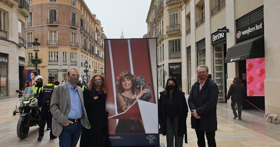 Dos almerienses con Goya 'pasean' por la calle Larios de Málaga