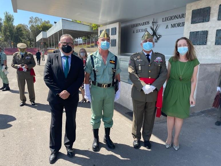 El general Javier Varela, Jefe del Estado Mayor del Ejército (JEME), y el general de la Brigada Melchor Marín Elvira, con Pedro M. de la Cruz y Antonia S. Villanueva, director y subdirectora de LA VOZ.