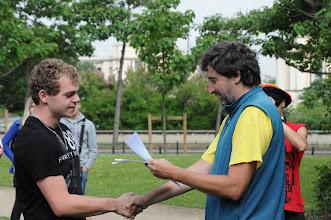 Photo: Je středa ráno 27. června 2012. Nacházíme se pod Eiffelovou věží, kde došlo na zhodnocení školního roku 2011/2012 a předání vysvědčení za tento školní rok. Hezké léto, Michale.