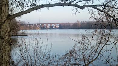 Photo: Herdecker Eisenbahnviadukt (um 1875 erbaut), gesehen vom Ufer des Harkortsees beim Cunokraftwerk.
