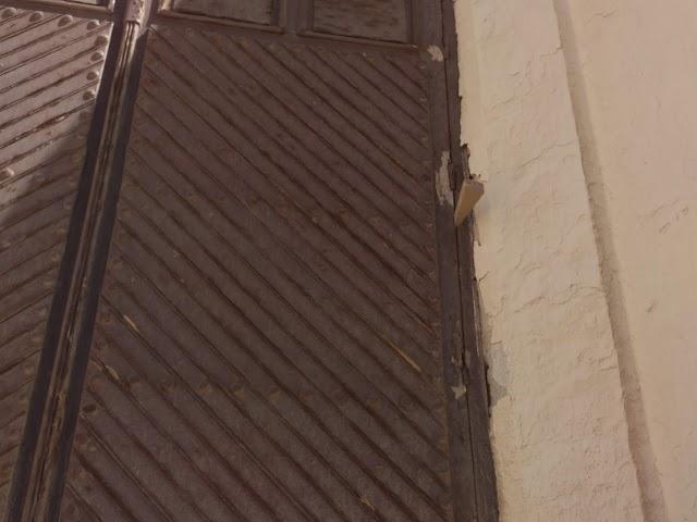 Cuña utilizada para forzar una de las ventanas de la ermita.