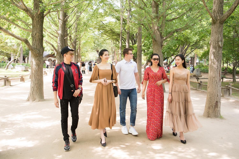 Nữ hoàng Trần Huyền Nhung đón đoàn Ms & Mr Asia Business 2019 tại sân bay Hàn Quốc - Ảnh 7