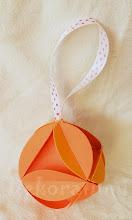 Photo: Glob origami   1. carton de culoare orange deschis, piese standardizate, agăţătoare din panglica albă cu buline roşii Dimensiuni aprox. 7 cm x 7 cm  realizat de Maia Martin Se poate folosi la decorarea casei de sărbători, la decorarea bradului de Crăciun, ca mărturii nuntă, mărturii botez   Preţ: 5 lei/buc. În stoc : 1 bucată http://dekoratiuni.blogspot.ro/2014/04/glob-origami-7-cm.html