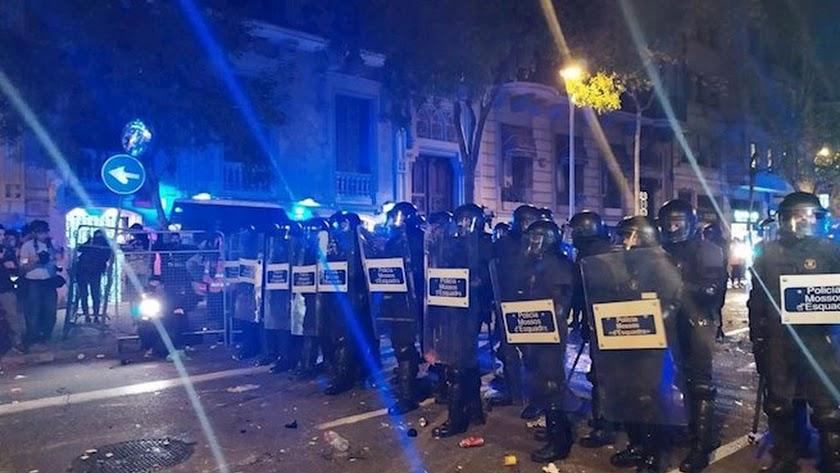 Antidisturbios dispersan a los grupos violentos en Barcelona.