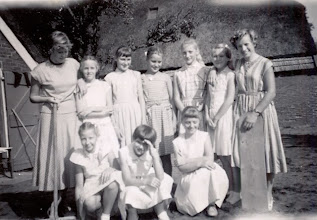 Photo: VCJC kamp Vrije Vogels, Dwingelo 1956 staand v.l.n.r.: Boelina Rabs, Roelie Okken, Roelie Dontje, Dina Dekker, Janny Kruit, Alida Poelman en Seichien Oosting Knielend: Annie Meijering, Geke Nijhof en Creesje Hoving