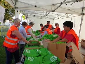 Photo: La préparation des cadeaux des participants.