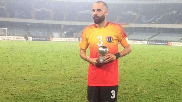 Borja gómez luciendo un trofeo con su nuevo equipo.