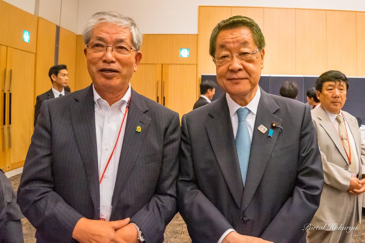 吉川貴盛 農林水産大臣(右)、黒千石事業協同組合(北竜町)高田幸男 理事長