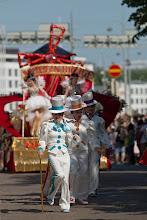 Photo: Samba Maracanan väkeä, taustalla myös seuraavan kuvan vaunu / Samba Maracana's dancers, with the next photo's cart on the background