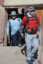 Photo: César Barriga - José Miguel Flores Empezando la caminata Saliend de la casa de la señora Dominga Llloque
