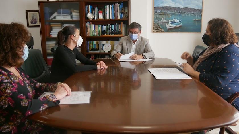 El alcalde de Adra, Manuel Cortés, en el Ayuntamiento.