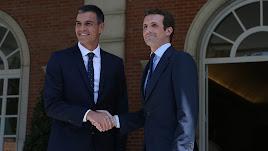 Sánchez y Casado  se saludan en Moncloa.