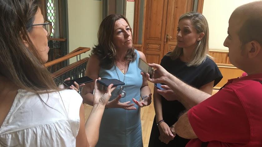 La delegada de Educación responde a periodistas junto a Maribel Sánchez.