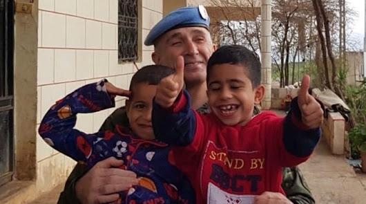 El general Marcos Llago con dos niños en la misión internacional de Naciones Unidas que comanda en Líbano