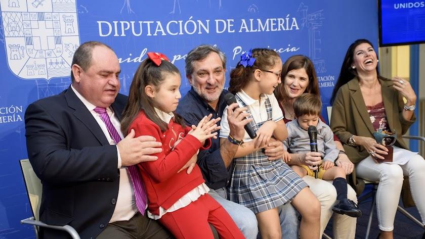 Presentación de la micropasarela con Mati, Rocío y Darío como protagonistas.
