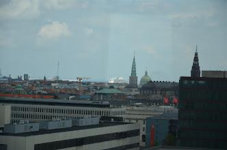 Photo: centrum Kopenhagen met in de verte de cruiseschepen