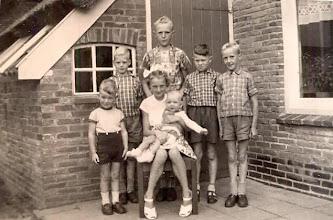 Photo: v.l.n.r. Jan Enting (bode), Jan Kleef, Lute Enting, Gerrie Bruining en Jan Enting. Voor: Jannie Enting en neef Anne