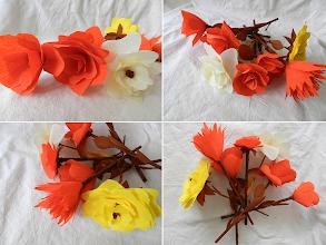 Photo: Flori din hârtie creponată în pahar de sticlă, pictat manual cu culori vitraliu Luvre realizate de Maia Martin 6 flori de culori si forme diferite, aproximativ 20 cm inaltime Preţ 20 lei  Florile se pot vinde şi separat ; Preţ 3 lei/buc. pentru mai mult de 10 buc. sau 4 lei/buc. pentru fiecare (puteţi alege flori şi din alte postări) Fiecare piesă este unicat.  Nu mai sunt în stoc  http://dekoratiuni.blogspot.ro/2014/04/flori-din-hartie-creponata.html