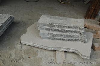 Photo: Tisch- und Bankplatten zum einbetonieren, aus Maggiagneis. Flächen geflammt, Kanten handbekantet