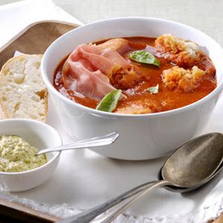 Italiaanse Tomatensoep Met Ciabatta, Rauwe Ham En Basilicum