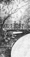Photo: DIe Teichbrücke auf einer im Juli 1902 gebrauchten Mehrmotivpostkarte. (Der Bereich des Teichabflusses ist hier ausgespart).