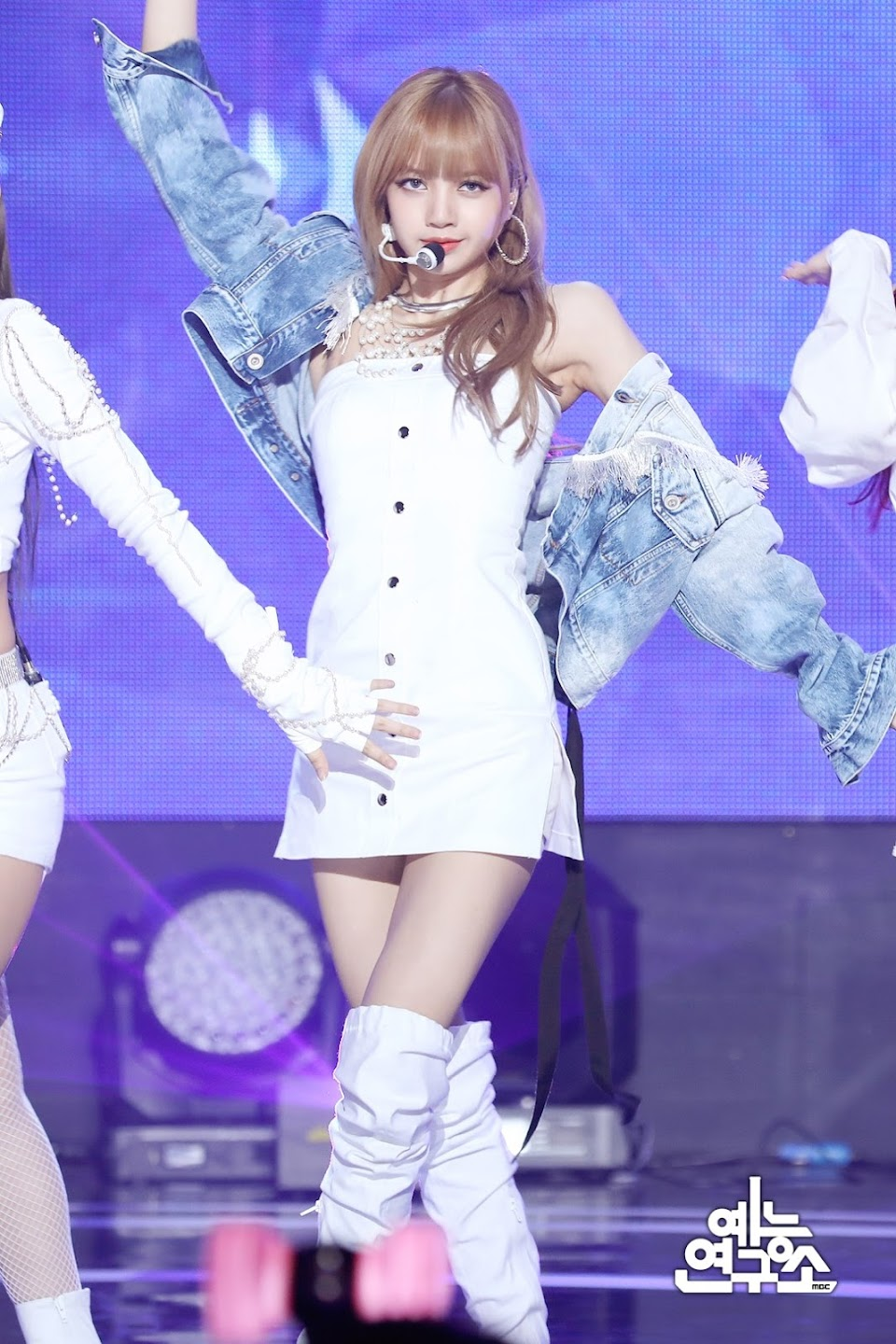 BLACKPINK-Lisa-MBC-Music-Core-white-outfit-30-June-2018-photo-2