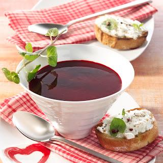 Rote-Beete-Himbeer-Suppe mit Ziegenkäse-Crostini
