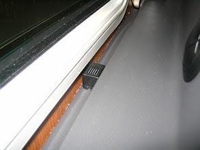 Photo: Pongo el zumbador al lado de la ventana, así no se ven los cables. Ahora, si está el contacto dado y se abre una puerta, ventana o claraboya, suena el zumbador, así sabré si se abre alguna puerta circulando. Es un brico muy sencillo.