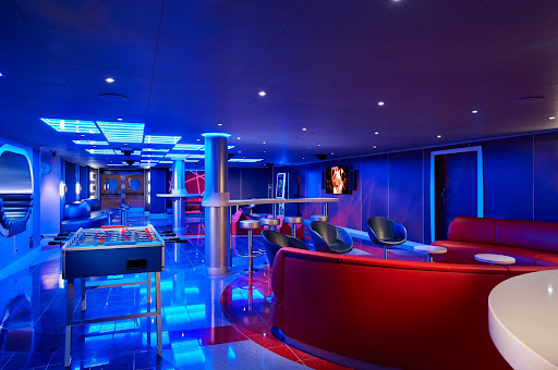 CCL_Horizon_Club O2_4983.jpg -      At Club 02 on Carnival Horizon, teens can play video games, sing karaoke or even have a pool party.