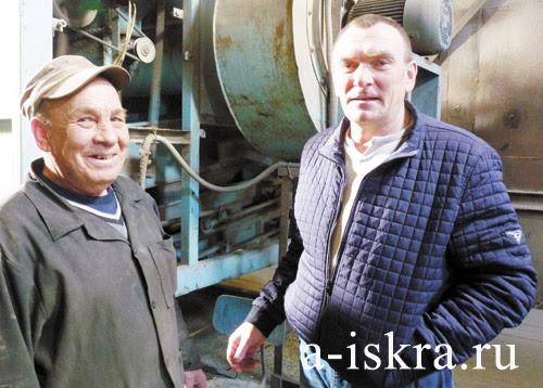 Оператор зерносушилки Валерий Молоков (слева)  и заведующий складом Юрий Маньков, СПК «Колхоз имени Чапаева»