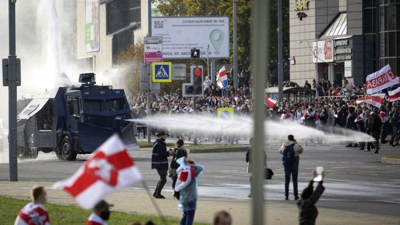 Die Polizei setzt in Minsk einen Wasserwerfer gegen Demonstranten ein.
