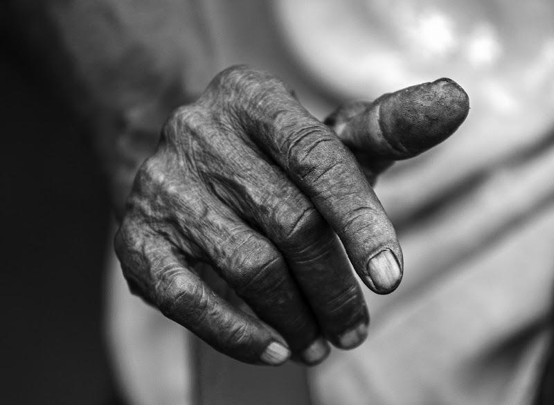 una mano, una storia di antonioromei