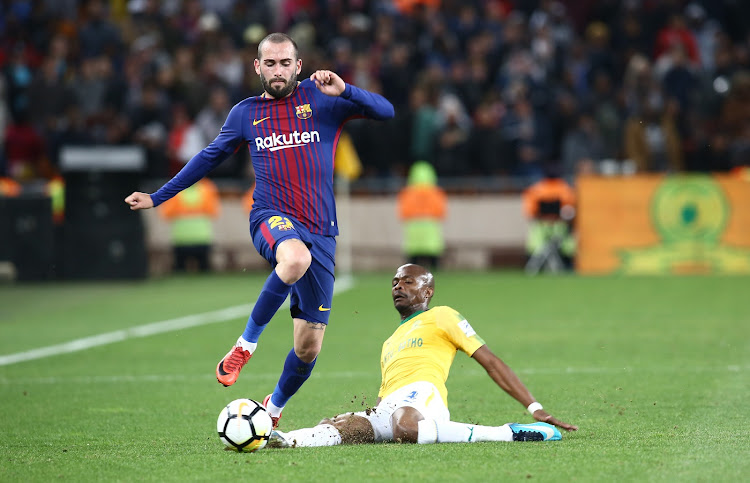 Aleix Vidal of FC Barcelona makes his way past Tiyani Mabunda of Mamelodi  Sundowns during their d93c61253f6