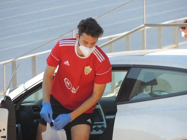Iván Martos bajándonse del coche.