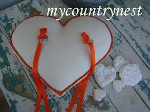 Photo: cuscino porta fedi in lino avorio e passamaneria arancione a macramè fatto a mano e nastrini avorio arancione