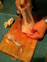 Photo: 慣れた手つきで・・・手は、キレイかな? 「洗らっとるわ!」