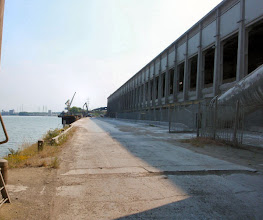 Photo: unvorstellbar, was hier an Beton, Sand, Zement usw. umgeschlagen wird. das ist übrigens der Radweg gelle