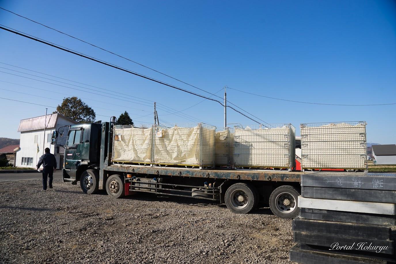 法人所有の大型トラックで大豆出荷
