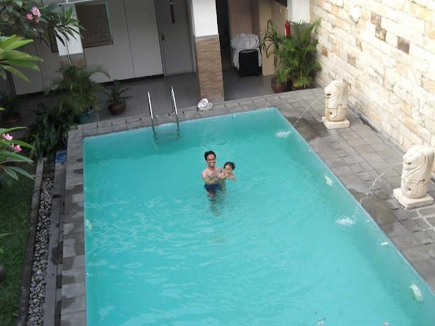 Kolam renang di Hotel Dinasty Smart Solo