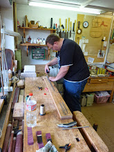 Photo: in der Zwischenzeit wird eine Sehne für den Bogen hergestellt