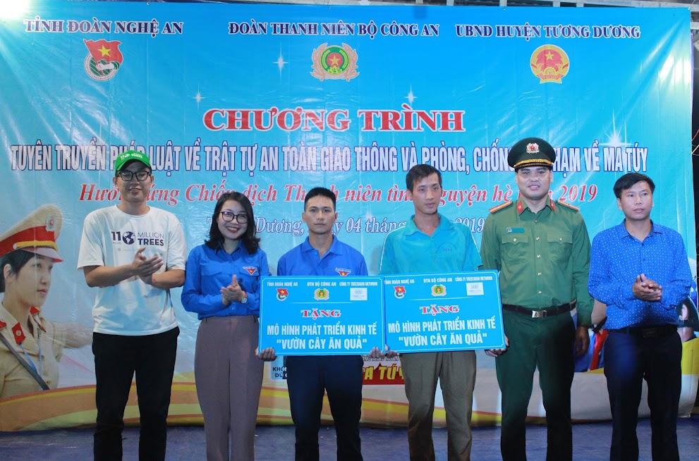 """Ban tổ chức trao tặng 2 mô hình phát triển kinh tế """"Vườn cây ăn quả"""" cho 2 hộ dân tại xã Tam Hợp và xã Tam Quang"""