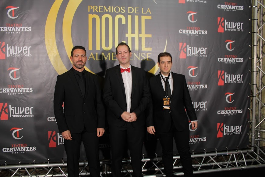 Curro Verdegay junto a invitados en el photocall de los Premios de la Noche Almeriense.