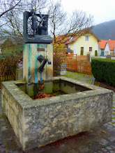 Photo: Am Dorfbrunnen gibt's (wie üblich?) ...