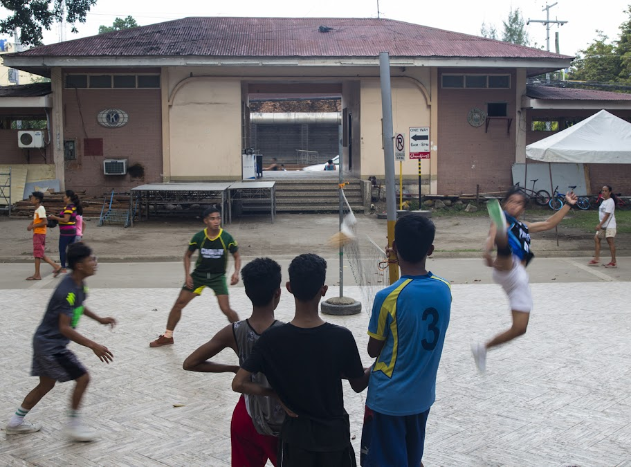 ...И игра в необыкновенный волейбол ногами! Не знаю, как эта игра называется, но выглядит феерично (и фотик не успевает за игроками)
