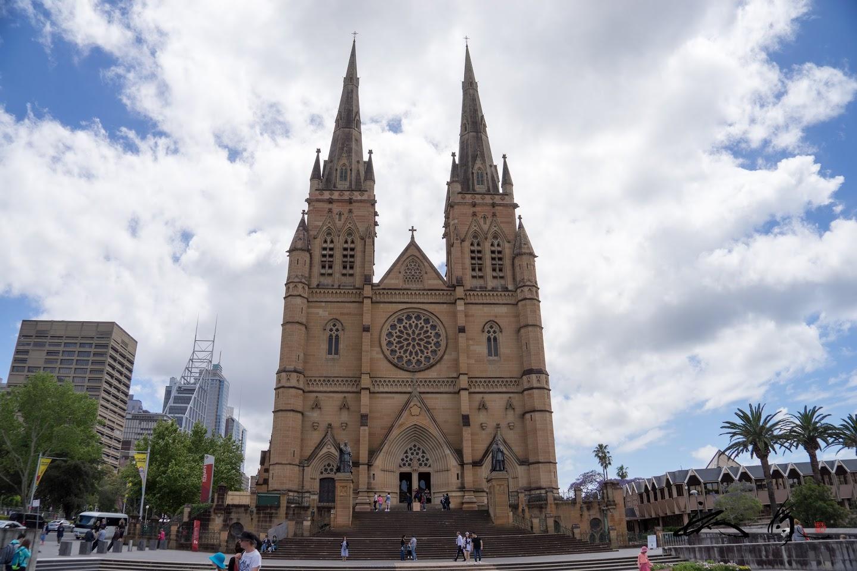 正面からのセント・メアリー大聖堂
