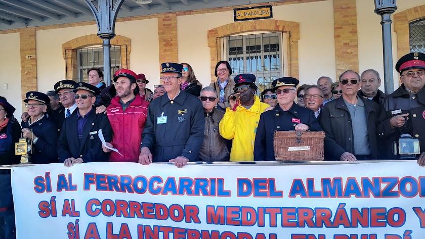 Concentración en la estación de ferrocarril de Almanzora (Cantoria).