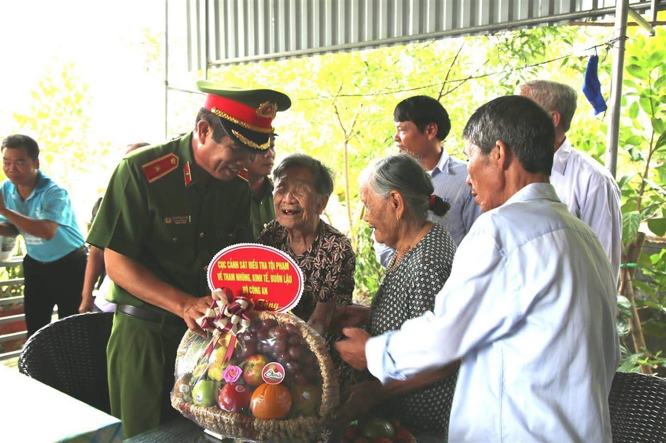 Tặng quà cho Mẹ Việt Nam anh hùng Phan Thị Hoà (96 tuổi, xóm Mậu 2, Kim Liên, Nam Đàn)