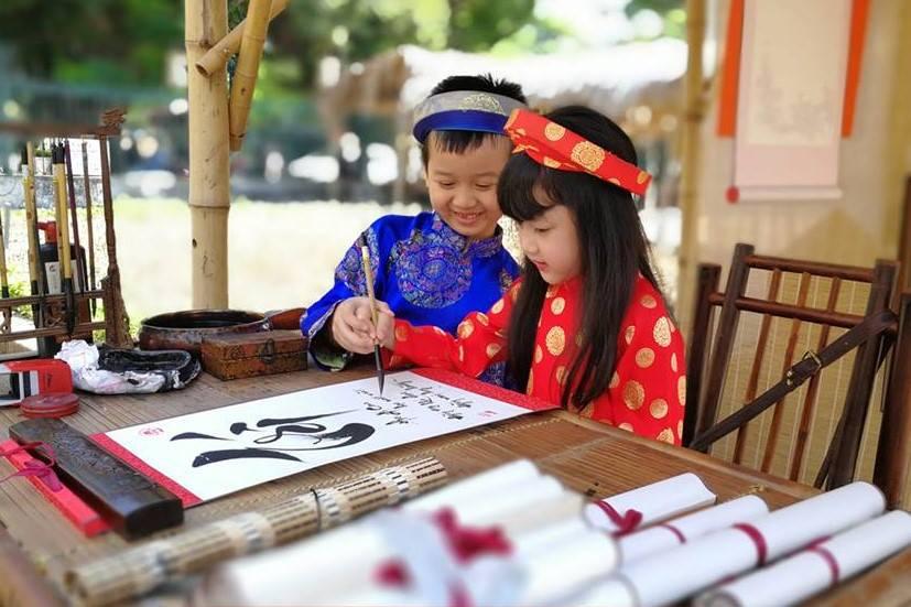Bé trải nghiệm học viết thư pháp để tặng chữ cho thầy cô tại Hồ Văn